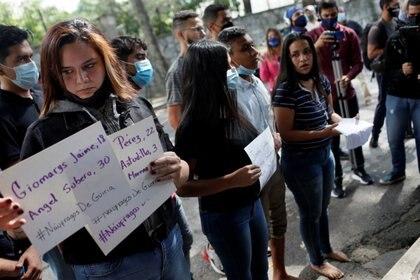 Protesta ante la embajada de Trinidad y Tobago en Caracas después del naufragio en el que murieron 20 personas, el 15 de diciembre. REUTERS/Manaure Quintero