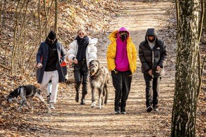Divertido paseo. Heidi Klum y su familia caminaron por la zona de Teufelsberg en Berlín, Alemania. La modelo y sus seres queridos recorrieron el lugar junto con sus perros. Se los vio abrigados, haciéndole frente a las bajas temperaturas