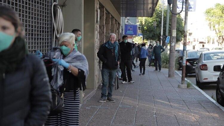 Jubilados durante el mes de abril pasado, esperando para cobrar sus haberes (Lihueel Althabe)