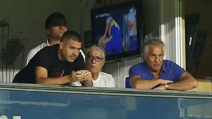 Rojitas le comenta algo a Román mientras el Chelo Delgado y Márcico miran el partido de Boca ante Atlético Tucumán el sábado pasado