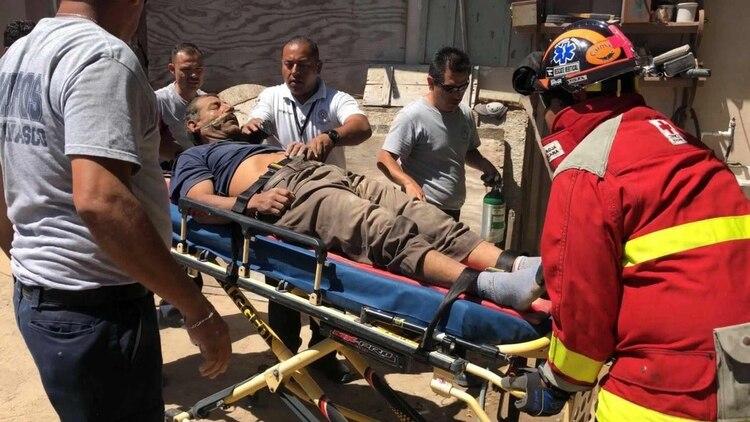 Arnoldo fue rescatado por el cuerpo de bomberos y paramédicos, que señalaron que el hombre presentaba un cuadro de deshidratación severa y probable intoxicación Foto: @ComuniKSonora