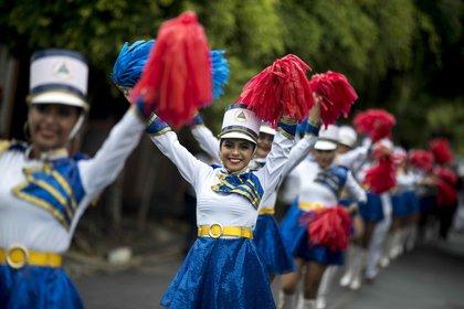 Estudiantes participan en un desfile con motivo del 164 aniversario de la batalla de San Jacinto y del 199 aniversario de Independencia, hoy Managua (Nicaragua). EFE/Jorge Torres