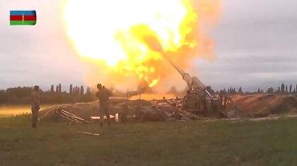 Las tropas azeríes lanzan fuego pesado sobre una localidad controlado por los armenios en el disputada enclave de Navorno-Karabaj. Defence Ministry of Azerbaijan/Handout via REUTERS