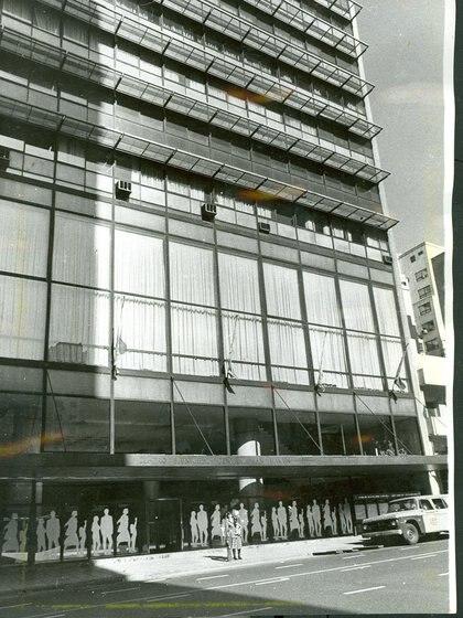 Imagen captada en 1980 del frente del Teatro Municipal General San Martín.