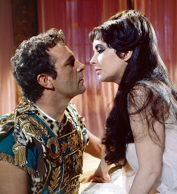 Liz Taylor y Richard Burton como Cleopatra y Marco Antonio