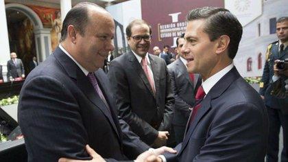 César Duarte, junto al presidente Enrique Peña Nieto. El ex gobernador de Chihuahua huyó del país el año pasado.