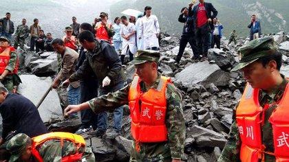 Las fuertes lluvias fueron las causantes del derrumbe de la montaña sobre el pueblo de la provincia de Sichuan al suroeste de China