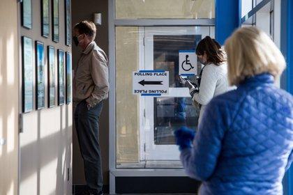 Personas hacen la fila para votar en un lugar de votación en Alapocas Park en Wilmington, Delaware, EE. UU., el 3 de noviembre de 2020. EFE/EPA/ALBA VIGARAY