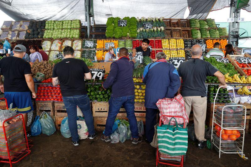 Los productos con la brecha de precio entre el origen y el punto de venta al público fue la manzana roja (15,8 veces), mientras que en el otro extremo estuvo el pollo, con 2,38 veces. (Foto: REUTERS/Agustin Marcarian)