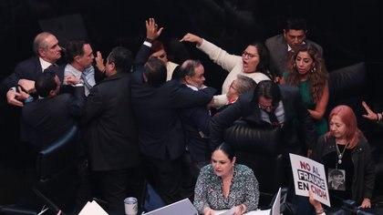 A pesar de los empujones y forcejeos, Piedra Ibarra asumió su cargo al frente de la CNDH (Foto: Galo Cañas/ Cuartoscuro)