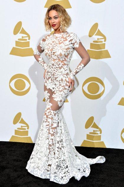 Beyoncé en 2014 blanca e inmaculada con una pieza de mangas largas con transparencias