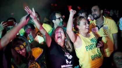 Simpatizantes de Bolsonaro celebran el resultado de la primera vuelta