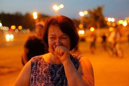 Una mujer llora durante los choques entre manifestantes y policía en Minsk (REUTERS/Vasily Fedosenko)