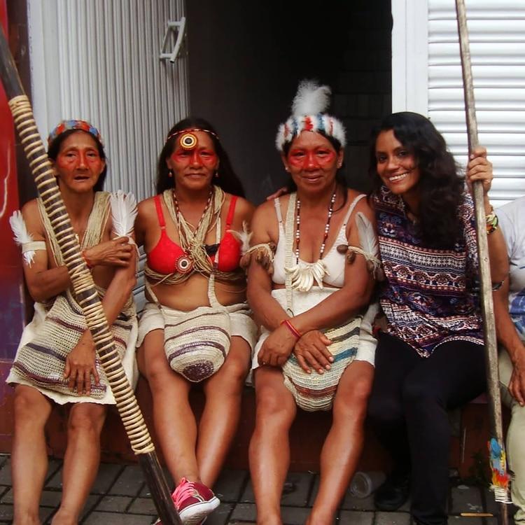 En diciembre de 2018, Cecilia se retrató junto a las mujeres waoranis el Ecuador (@ceciviajera)