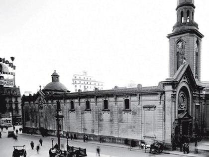 """La parroquia San Nicolás de Bari fue el escenario donde se izó, por primera vez, la bandera """"celeste y blanca"""" en la Ciudad de Buenos Aires. El edificio fue demolido y en su lugar se erige el Obelisco porteño."""