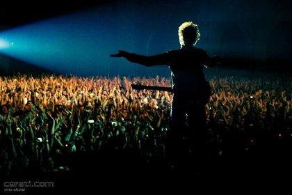 """Durante la gira de """"Fuerza Natural"""", el músico tocó en numerosas ciudades de América Latina. En la imagen, durante su presentación en Rosario, Santa Fe,  en marzo de 2010 (Cerati.com)"""