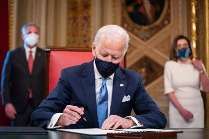 El presidente de EE.UU., Joe Biden, firma documentos en el Capitolio, este 20 de enero de 2021. EFE/Jim Lo Scalzo