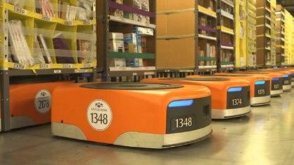 Los robots de búsqueda y transporte de productos en uno de los depósitos de Amazon