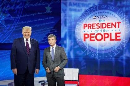 """Trump junto al periodista George Stephanopoulos, para el """"town hall"""" en Pensilvania, uno de los estados claves para la votación (Reuters)"""