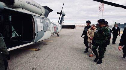 """CIUDAD JUAREZ, CHIHUAHUA, 19ENERO2017.- Joaquín Guzmán Loera """"El Chapo"""" fue trasladado del penal del aeropuerto de esta ciudad a Nueva York, Estados Unidos, en cumplimiento de una orden de extradició para responder ante autoridades del país del norte por delitos relacionados con el narcotraficantes. FOTO: PGR /CUARTOSCURO"""