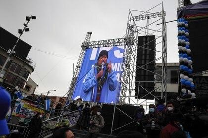 Morales llegó rodeado de escoltas con uniformes chavistas al acto por el aniversario del MAS en la Plaza San Francisco en La Paz (Reuters)