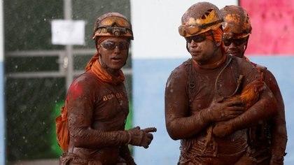 Miembros de los cuerpos de rescate (REUTERS/Adriano Machado)