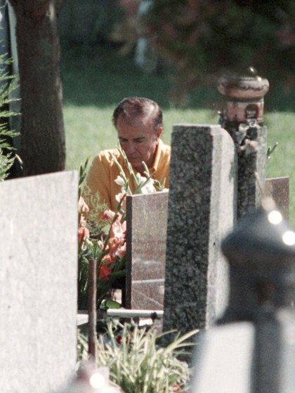 Al celebrarse el décimo sexto aniversario de la muerte de su hijo, Carlos Menem visitó su tumba en el cementerio islámico de San Justo. Por entonces, el ex mandatario aseguró que sabía quienes habían asesinado a su hijo y pidió que se reabriera la causa. Todo un cambio de postura en relación a la muerte de su primogénito