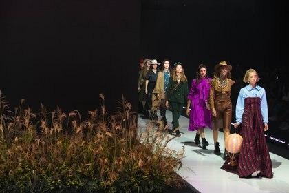 Superposición de prendas, cueros y sastería, algunas de las tendencias del desfile de Valentina Karnoubi