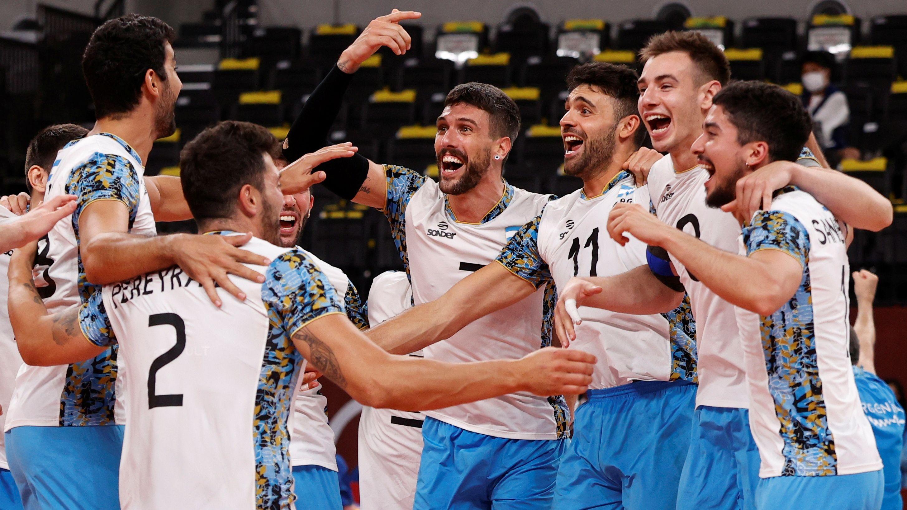 """""""Los pibes"""" festejan la histórica clasificación a las semifinales, luego de vencer a Italia. Foto: REUTERS/Valentyn Ogirenko"""