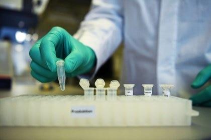 FOTO DE ARCHIVO: El empleado Philipp Hoffmann, de la empresa biofarmacéutica alemana CureVac, demuestra el flujo de trabajo de investigación de una vacuna para la COVID-19 en un laboratorio de Tuebingen, Alemania, el 12 de marzo de 2020. REUTERS/Andreas Gebert