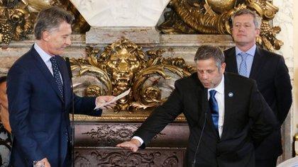 Mauricio Macri le toma juramento a Adolfo Rubinstein, en octubre del 2017 (NA)