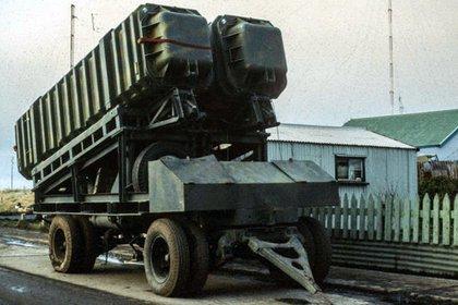 El invento de Pérez: parte de la batería terrestre de misiles Exocet MM-38 en una calle de Puerto Argentino. (Terence Laheney)