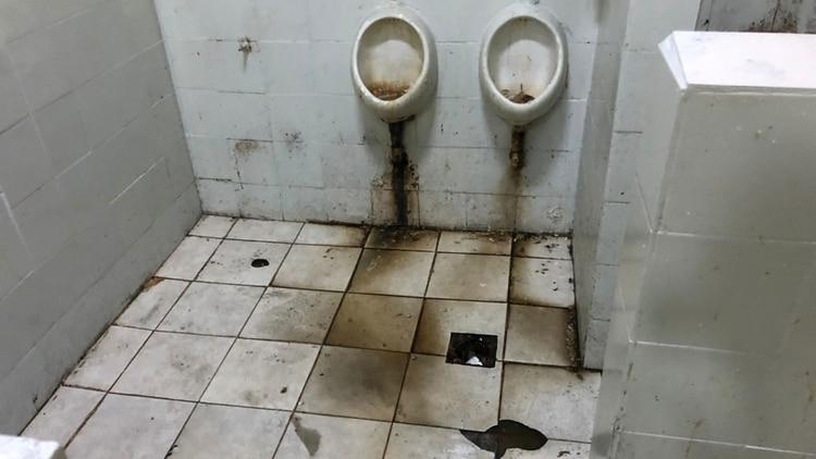 Los baños de la Unidad 28 (Foto: Procuración Penitenciaria de la Nación)