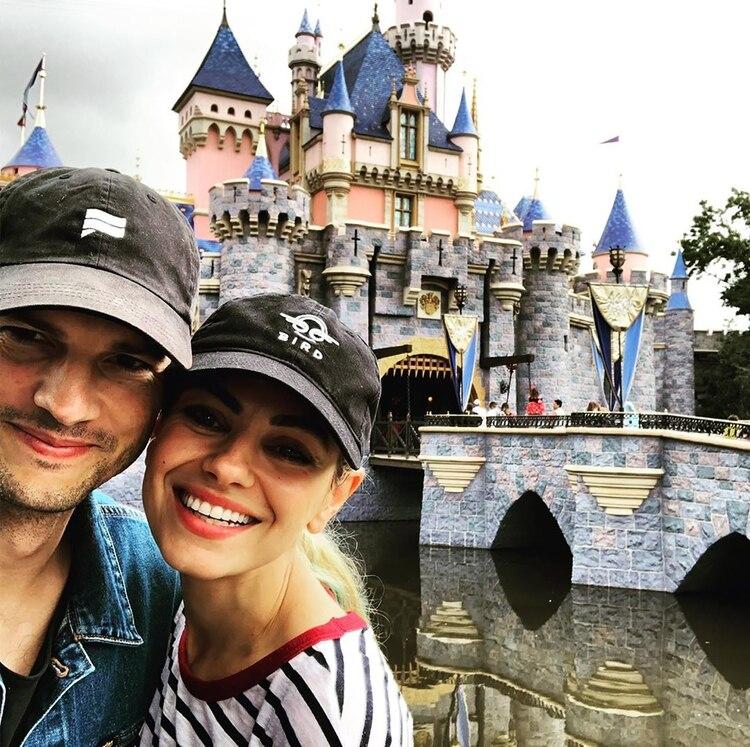 La foto de Ashton Kutcher y Mila Kunis en Disney