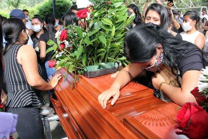 Familiares lloran sobre un ataúd con el cuerpo de Sebastián Quintero, una de las víctimas de la masacre de nueve jóvenes, durante su velorio el 17 de agosto, en Samaniego (Colombia).  EFE / Sebastián Leonardo Castro