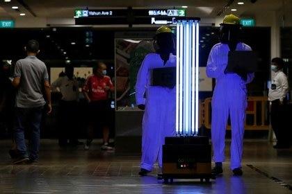Un robot móvil autónomo que desinfecta superficies con luz ultravioleta, conocido como Sunburst UV Bot, es utilizado en el centro comercial Northpoint City en medio de la pandemia del COVID-19, la enfermedad causada por el coronavirus, en Singapur. 20 de mayo, 2020. REUTERS/Edgar Su