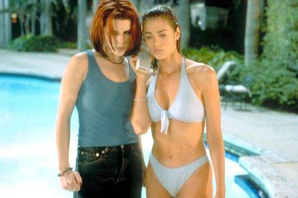 """Neve Campbell y Denise Richards en la película """"Juego de salvajes"""" (Shutterstock)"""
