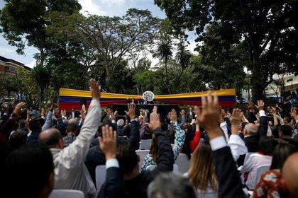 Legisladores en una improvisada sesión de la Asamblea Nacional de Venezuela en una plaza en Caracas.