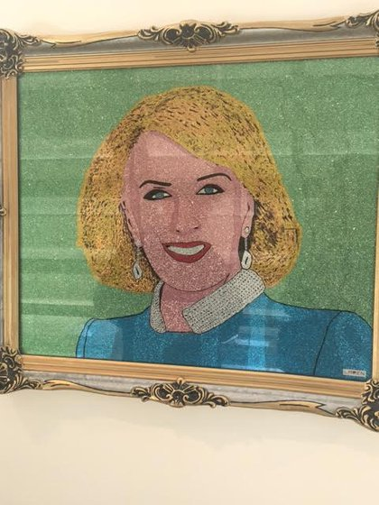 """""""Sra. Mirtha Legrand"""": técnica mixta sobre vidrio."""