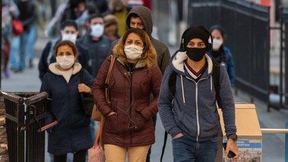 En varios países plantearon la posibilidad de dejar que muchas personas se contagien con el COVID-19 y así frenar las infecciones (Adrián Escandar)