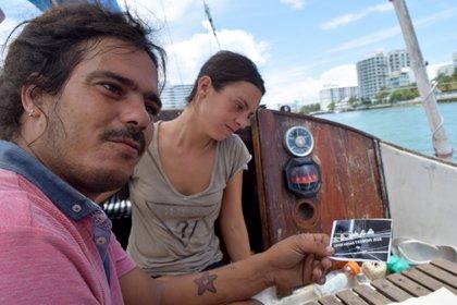 """La española Lara Gandía y el cubano David Berenguer llegaron a bordo de su velero Lourdes-Emyca, en la Bahía Vizcaína de Miami, Florida, sin haber estudiado navegación, llevando además unos pasajeros que hacían """"dedo"""" por el camino EFE/Jorge Ignacio Pérez"""