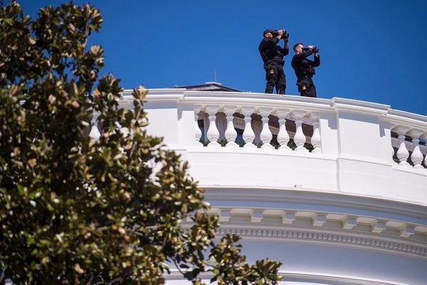 Miembros del Servicio Secreto en la terraza de la Casa Blanca. (Washington Postfotode Jabin Botsford.)