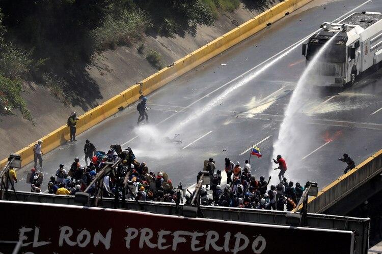 El régimen de Maduro en plena represión a manifestantes (Reuters)