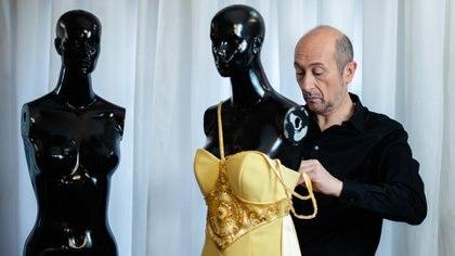 El diseñador instaló un estilo en la alta costura argentina convocado para desfilar en París, Latinoamérica y Miami