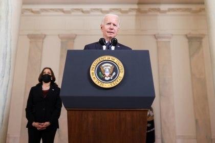 Biden y la vicepresidente Kamala Harris durante el mensaje tras el veredicto en el caso contra el ex policía que asesinó a George Floyd. REUTERS/Tom Brenner
