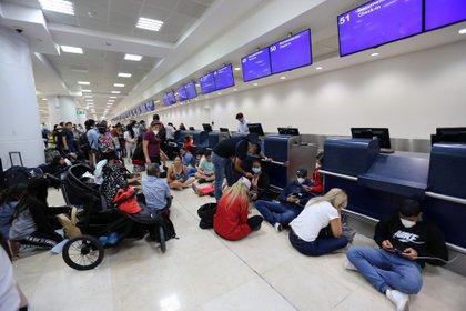 Turistas varados en aeropuerto de Cancún por cierre de fronteras. Hay cerca de 2000 argentinos allí. En todo México, la cifra supera los 3000.