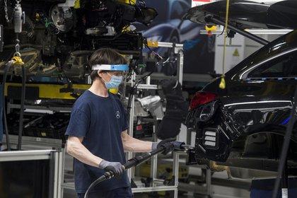 El fabricante automovilístico alemán Daimler ha acordado pagar 2.000 millones de dólares (casi 1.900 millones de euros) en EEUU en varios acuerdos extrajudiciales con las autoridades estadounidenses por la manipulación de los motores diésel.EFE/EPA/Sandor Ujvari /Archivo