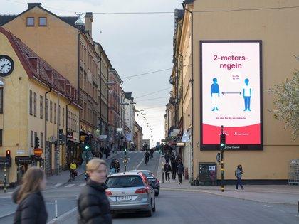 Un cartel con la recomendación de mantener la distancia social para evitar los contagios de coronavirus en Suecia, donde se ha aplicado una estrategia de  confinamiento suave (News Agency/ Fredrik Sandberg vía Reuters)