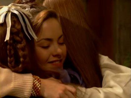 El capítulo favorito de Carla Estrada de 'Lazos de amor' fue el 98, donde las tres hermanas se abrazan. (Foto: Captura de Pantalla/ TL Novelas Youtube)