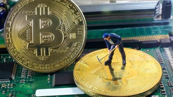 Los mineros de bitcoin utilizan sus equipos para validar las transacciones y así generan nuevas criptomonedas